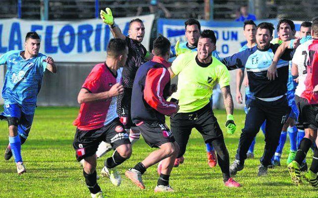 Descontrol. Jugadores de Argentino y Juventud Unida terminaron a las trompadas.