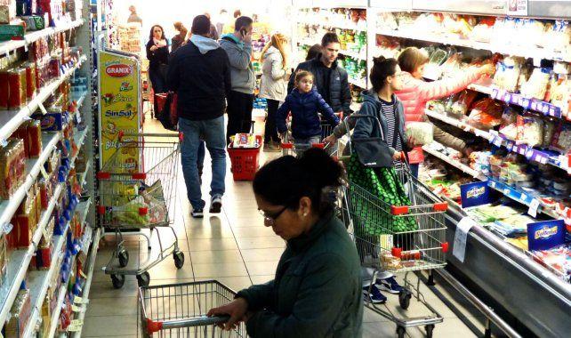 Por la caída del poder adquisitivo crecen las compras en cuotas en supermercados
