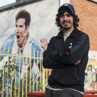 Diego Vallejos frente a la Escuela Las Heras en zona sur donde está el mural de Messi.