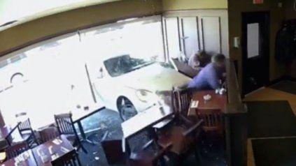 Un auto fuera de control interrumpió el almuerzo de los clientes del bar