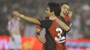 Otros tiempos. Maxi y Nacho festejan uno de los goles que le dio el titulo al rojinegro.
