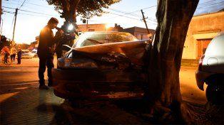 Estrellado. Así quedó el auto luego del siniestro vial que dejó en grave estado a una mujer.