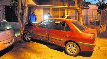 Locura. El Peugeot 306 dio con un árbol tras embestir a la mujer.