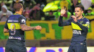 Gol. Benedetto se acerca a Gago para compartir el festejo del tercer gol de Boca frente a Aldosivi en Mar del Plata. El capitán xeneize marcó de penal.