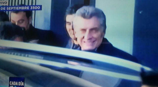 Macri visitó a una familia en la zona sudoeste donde se reunieron vecinos para saludarlo