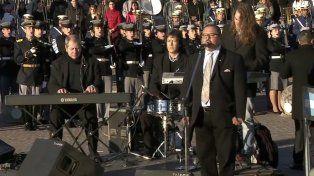 Blanc y los músicos que lo acompañaron esta mañana al pie del Monumento.