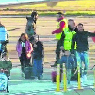 Desembarco. Leo, Antonella y parte de la familia Messi aterrizaron ayer temprano en el aeropuerto de Fisherton.