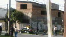 Así terminó el taxi tras embestir a un motociclista en la zona oeste de Rosario.