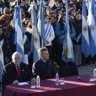 miradas distantes. El gobernador y el presidente intercambiaron ayer un frío saludo en los 35 minutos que estuvieron juntos en el Monumento.