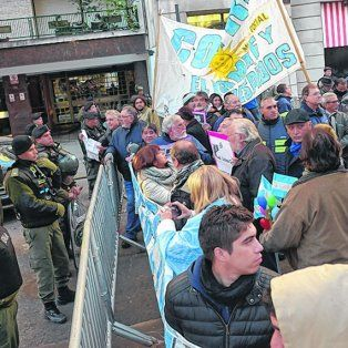 no pasarán. Los manifestantes no pudieron trasponer el vallado que se colocó en Laprida y Córdoba.