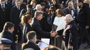 bienvenido. El gobernador y la intendenta recibieron al presidente al pie del Monumento, en un acto fugaz.