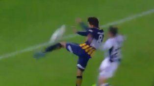 ¿Fue penal? Carrizo fue derribado por Menéndez y el árbitro Delfino no dudó.