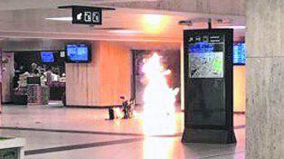Dramatismo. Imagen de la llamarada causada por una explosión en la céntrica estación de trenes de Bruselas.