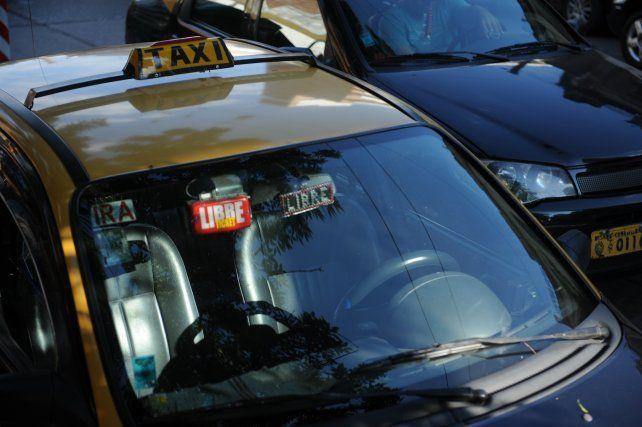 Asaltaron y robaron un taxi, chocaron con la policía y terminaron a los tiros