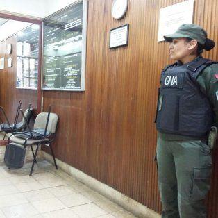 Personal de Gendarmería Nacional custodia la oficina allanada en Córdoba al 1200.