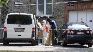 Redadas. Oficiales belgas inspeccionaron ayer la vivienda del terrorista abatido en busca de pruebas.