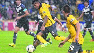 Joyas de la cantera. Walter Montoya traslada la pelota junto a Gio Lo Celso. Ambos jugadores fueron transferidos al fútbol europeo.