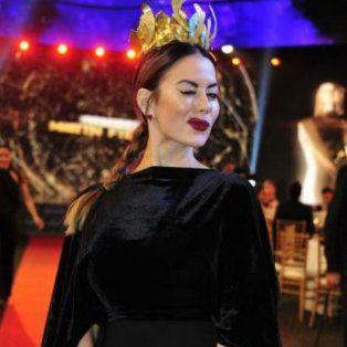 La corona de Karina y su elegancia la convirtieron en una de las mejor vestidas de la fiesta.
