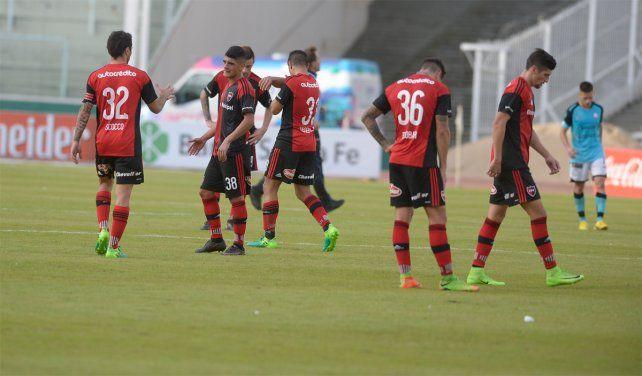 Caída en Córdoba. La desazón de los jugadores leprosos tras perder ante Belgrano en el cierre.