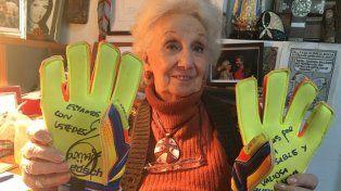 Memoria y alegría. Estela de Carlotto posó orgullosa con los guantes que regaló Nahuel Guzmán.