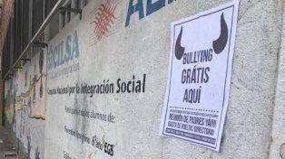 Uno de los carteles que la madre del joven pegó en el barrio denunciando bullying contra su hijo.