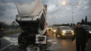 Un choque de camiones dejó dos choferes heridos en Circunvalación y Uriburu