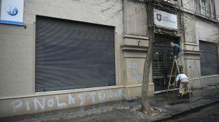 Personal del Colegio Alemán trabajaba esta mañana en quitar las pintadas en contra del jugador.