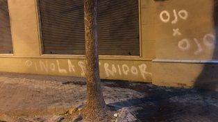 Primeras imágenes del acto de vandalismo. Los autores además quemaron un par de cubiertas.