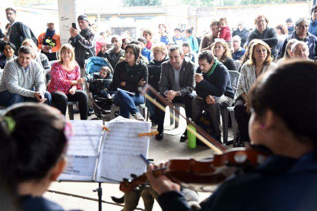 Entre todos. Las autoridades explicaron la iniciativa y tocaron los chicos de la orquesta barrial.