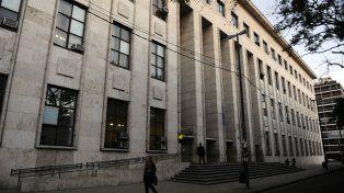 En tribunales. El contador tuvo que ser escoltado por agentes policiales luego de la audiencia del jueves.