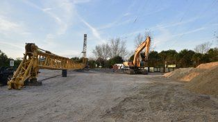 La imponente grúa, con su brazo de 105 metros, será la encargada de depositar los geotubos en el lecho del arroyo.