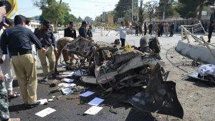 Terror. Restos del vehículo policial tras la explosión en Quetta. Dos grupos se adjudicaron este atentado.