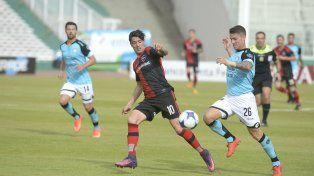 Despedida. Formica disputa la pelota con Espíndola López. El Gato dejará el club tras jugar ante el Tomba.