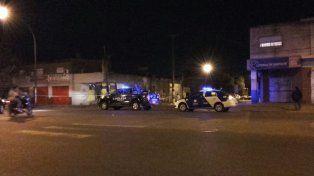 Despliegue de móviles policiales tras el asalto al remisero.