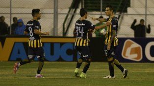 Lovera llega para abrazar a Germán Herrera, autor del gol del empate canalla. Carrizo se suma al festejo