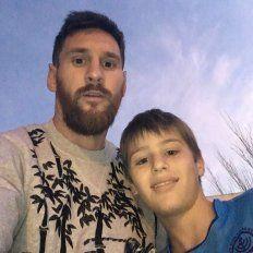 En Funes. Messi, ayer, aceptando una selfie con Felipe, un pequeño fanático.