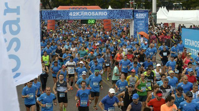 Largaron desde el Monumento los corredores del Maratón Internacional de la Bandera