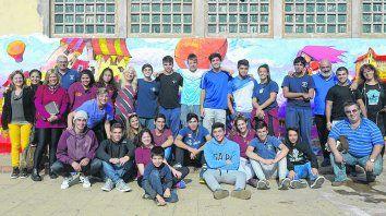 Histórico. La rectora Claudia Ortega, con un grupo de profesores y estudiantes en el patio. Detrás el mural que pintó el artista Jorge Molina.