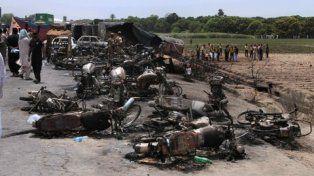 pavoroso. Residentes de una villa cercana llegaron al sitio del accidente con latas para recoger la nafta.