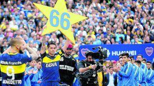 A pura celebración. Gago levanta la estrella con el número 66