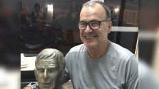 marcelo bielsa homenajeo a un amigo de fierro con un busto en maximo paz