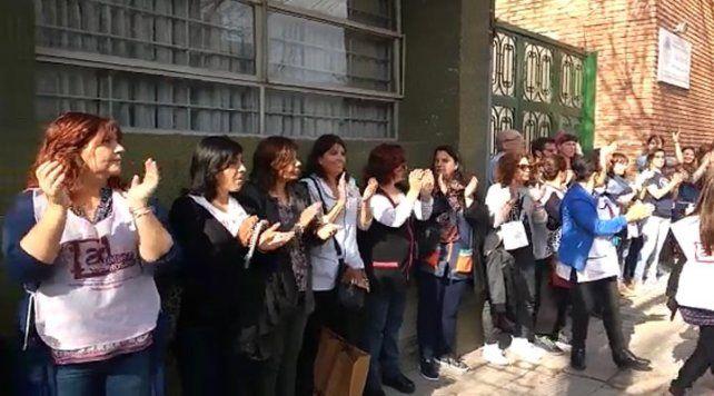 Abrazo solidario en la escuela Ameghino tras una denuncia de bullying