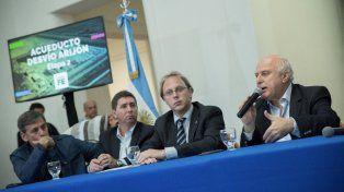 El gobernador Miguel Lifschtiz, junto al ministro de Economía, Gonzalo Saglione en el acto de esta mañana en la capital provincial.