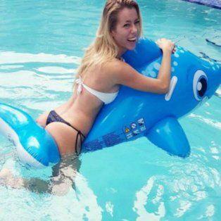 Cada vez más bella, Nicole luce su espectacular figura con un inflable en el agua.