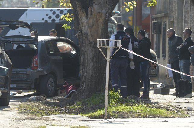 El cuerpo de David Ocampo yace junto al auto de su propiedad en inmediaciones de Callao y Arijón.