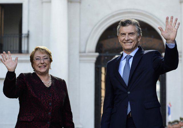 Bachellet y Macri saludan antes de la reunión bilateral que mantuvieron en La Moneda.