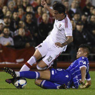Mauro Formica, que también jugó su último partido hoy en la Lepra, intenta escapar de su marca.