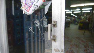 Rastros. Un balazo perforó los cristales del local de 27 de Febrero al 5900.