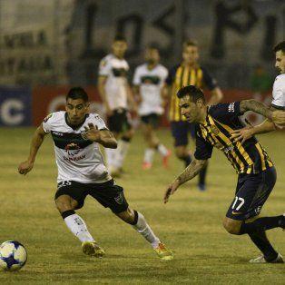 Ultimo acto. El Chaqueño Herrera encara ante la doble marca en el partido en San Juan.