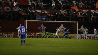 Adentro. El Morro García cabeceó sin oposición en el área chica y sometió a Pocrnjic. Fue el 1-0.